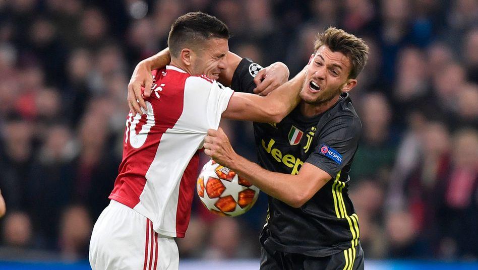 Ajax-Kapitän Dusan Tadic (l.) zeigt normalerweise immer vollen Körpereinsatz