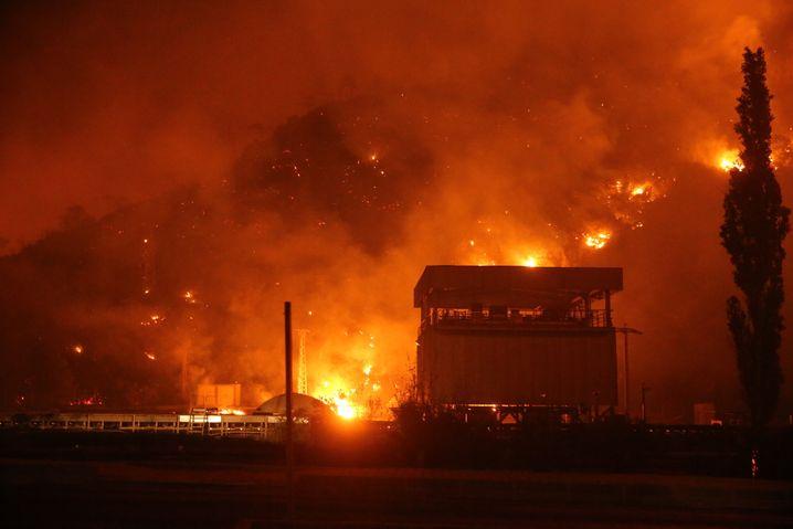Bedrohlich nahe: Waldbrände beim Kohlekraftwerk Kemerköy in Milas