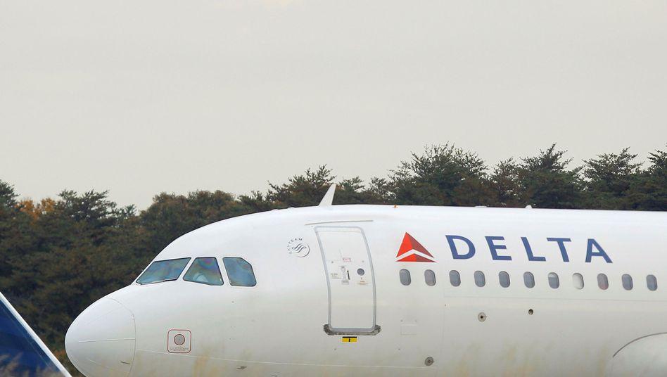 Mitarbeiter von Delta Airlines klagen wegen ihrer Uniformen