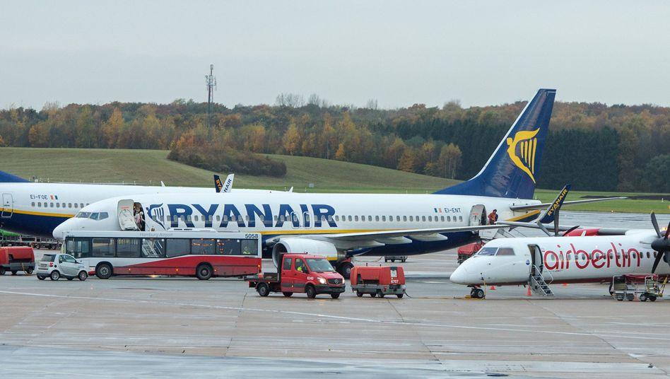 Flugzeuge von Ryanair (l) und Air Berlin