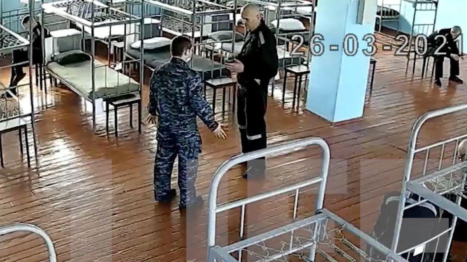 Alexej Nawalny (M., in schwarzer Gefangenenkleidung) vor Beginn seines Hungerstreiks. Das Bild aus der Strafkolonie IK-2 Pokrow wurde an das kremltreue Nachrichtenportal Life geleakt.