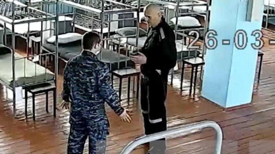 Diese Aufnahme einer Überwachungskamera in der »Strafkolonie Nr. 2« in Pokrow soll den kahl geschorenen Nawalny zeigen