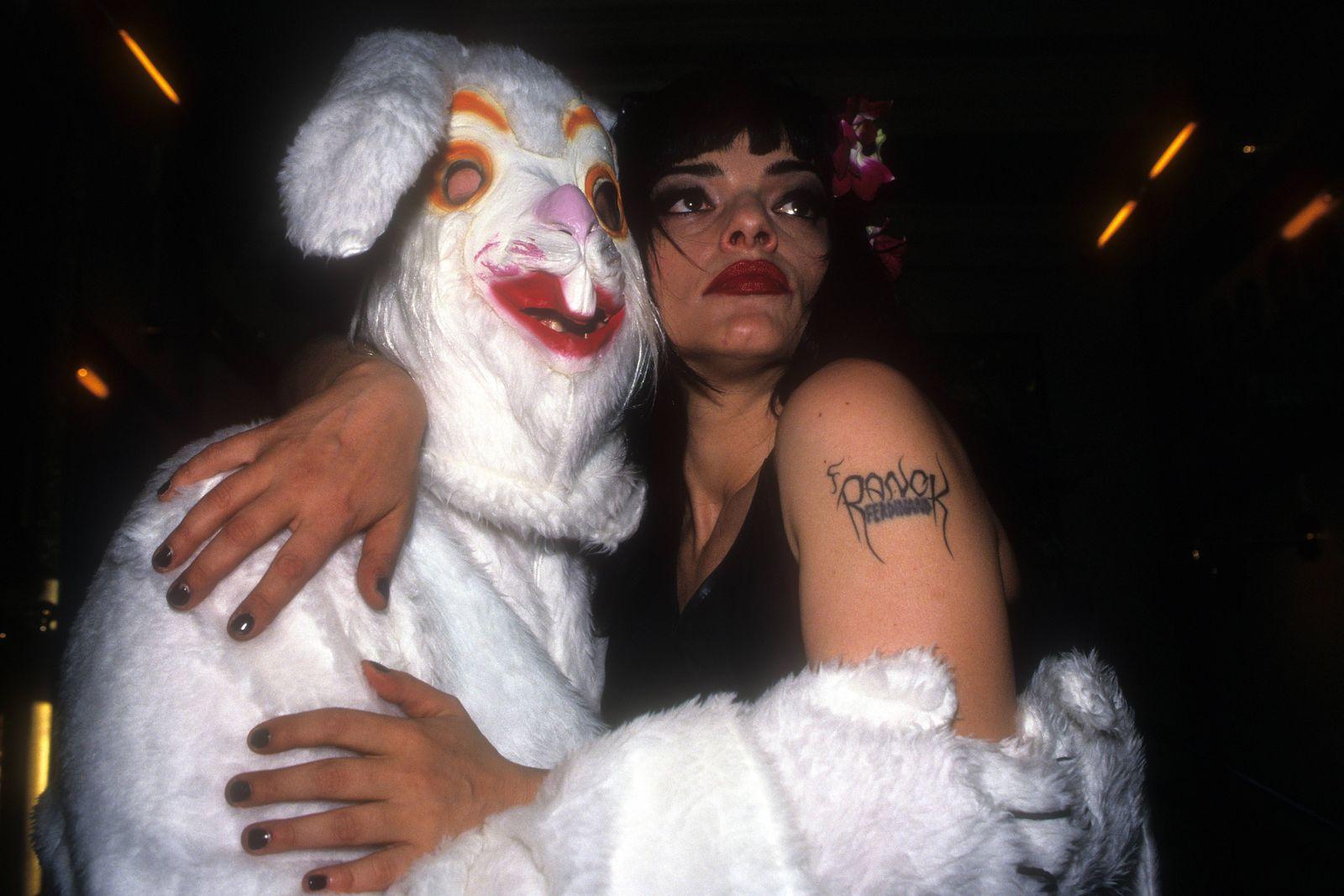 Nina Hagen mit einem Hasen in Berlin