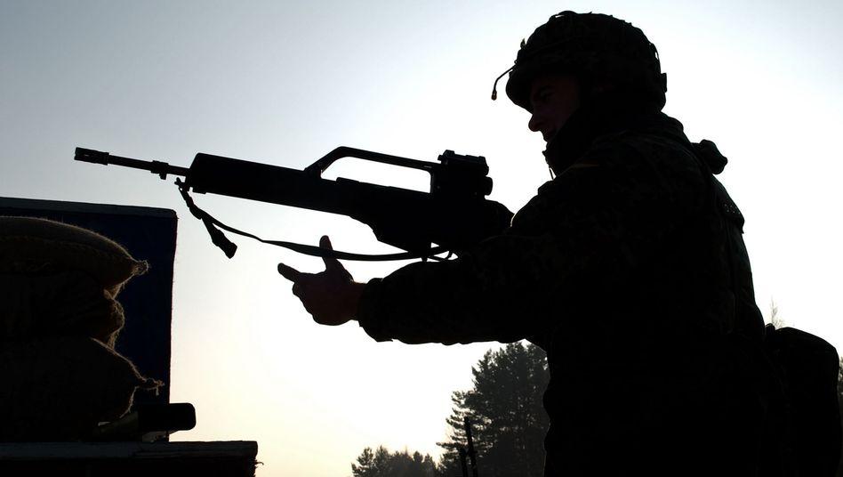Bundeswehrrekrut bei Übung mit G36-Gewehr: Budget vorerst auf Eis gelegt