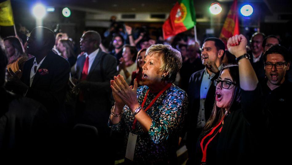 Anhänger der Sozialistischen Partei feiern in Lissabon