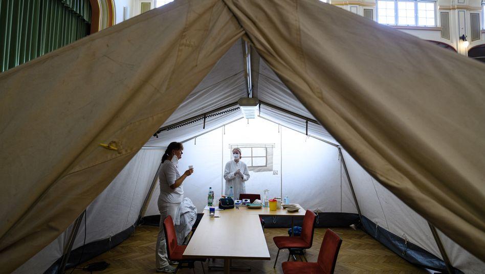 Zwei Ärztinnen machen im mobilen Impfzentrum von Markkleeberg eine Pause