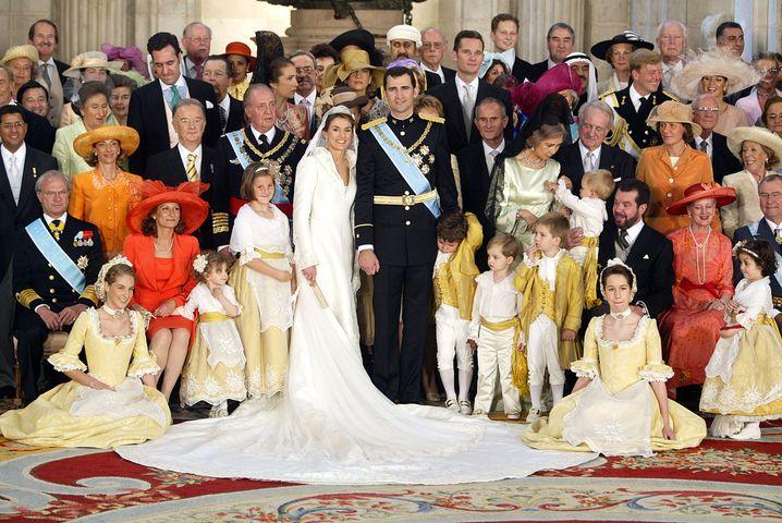 2004: Die Hochzeit von Kronprinz Felipe und der Bürgerlichen Letizia sorgt für positive Schlagzeilen aus dem Palast