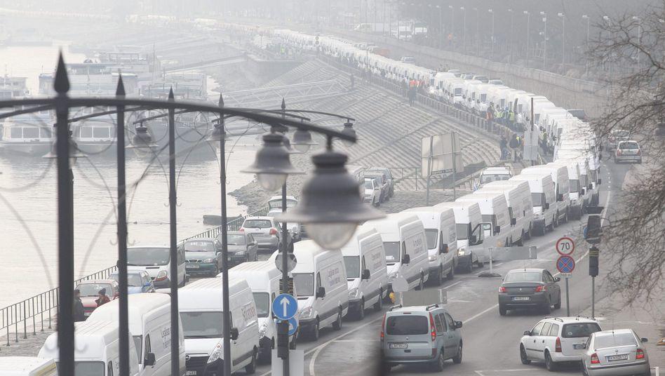 Fahrzeugblockade in Budapest: Demonstration gegen das Budget 2015