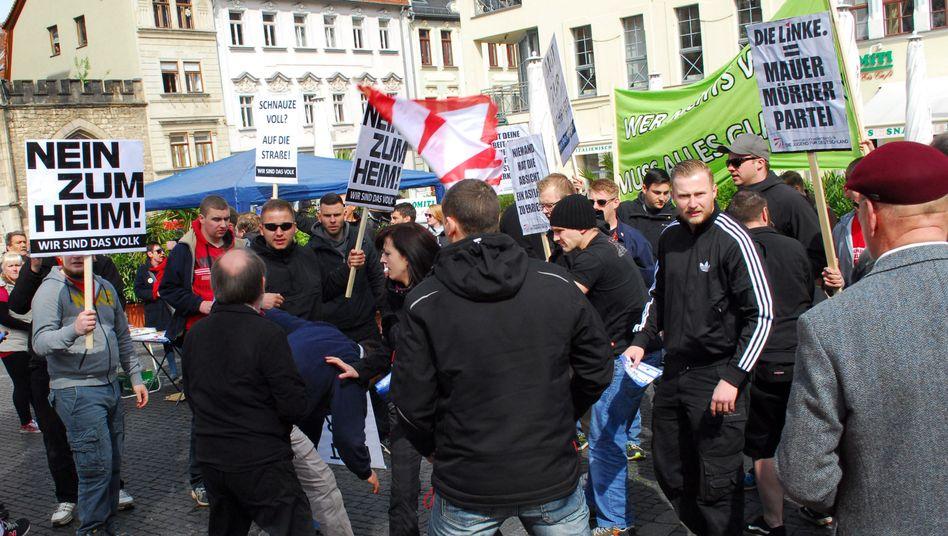 Rechtsextreme bedrängen die Demonstranten (Archiv)