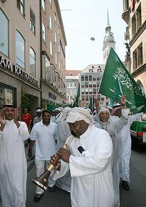 Fußballfans aus Saudi-Arabien feiern in München einen Sieg ihrer Mannschaft