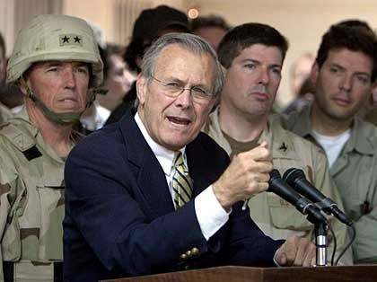 Im Kreuzfeuer der Kritik seiner Soldaten - und nun auch von Parteifreunden: US-Verteidigungsminister Donald Rumsfeld