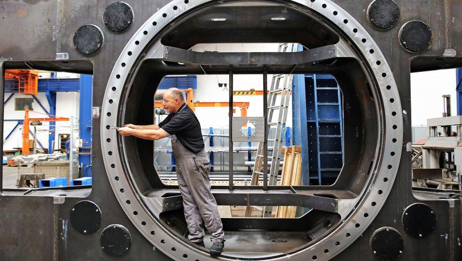Arbeiter bei einem Leipziger Maschinenbauer (Archivbild)