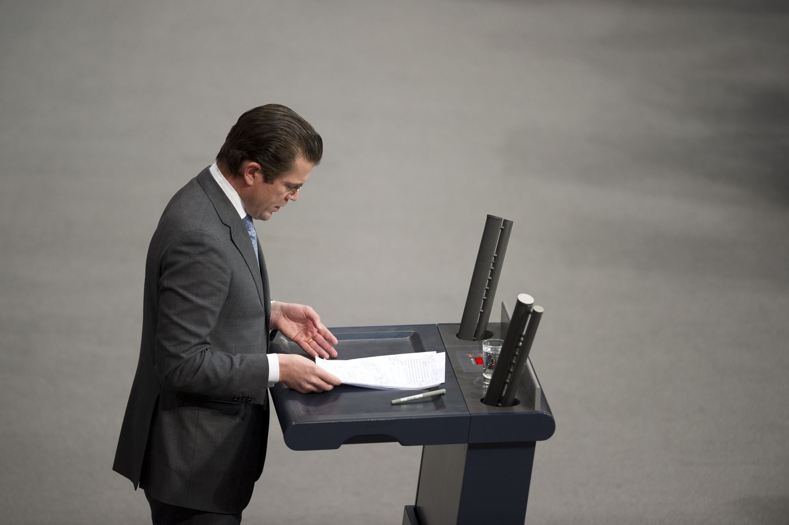 NICHT VERWENDEN Guttenberg/ Bundestag