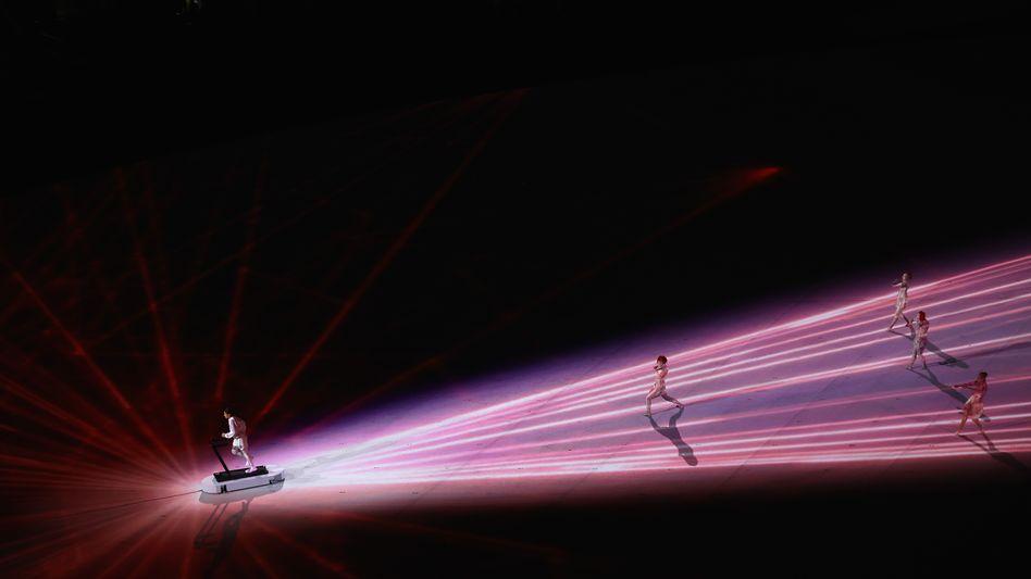 Läufer auf einem Laufband bei der Eröffnungsfeier: Eine Show, fast ohne Zuschauer