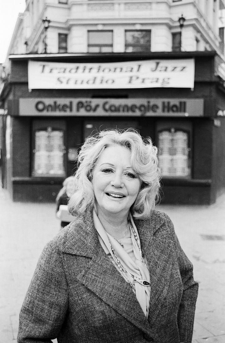 Die Sängerin und Schauspielerin Evelyn Künneke 1984 vor dem Onkel Pö.