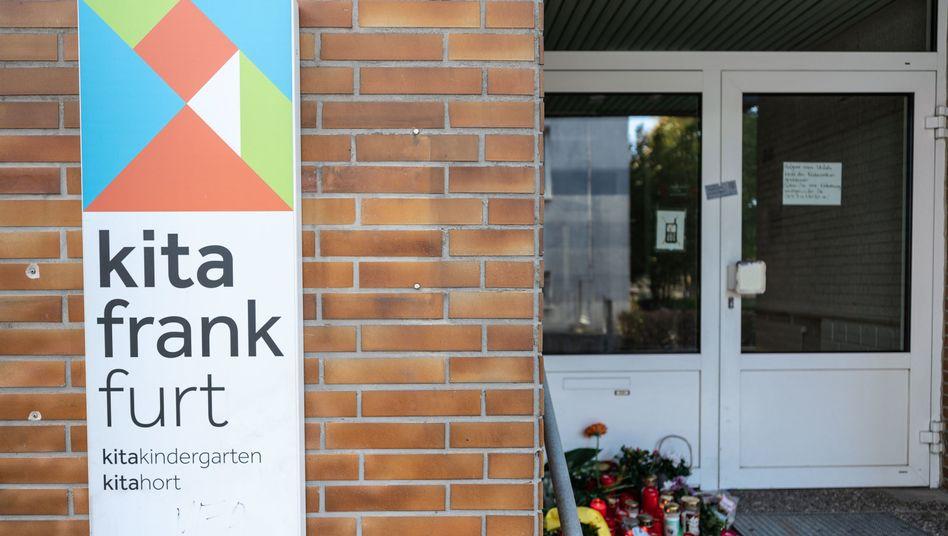Frankfurt am Main: Blumen und Kerzen sind am Eingang zu einer Kindertagesstätte im Stadtteil Seckbach abgelegt