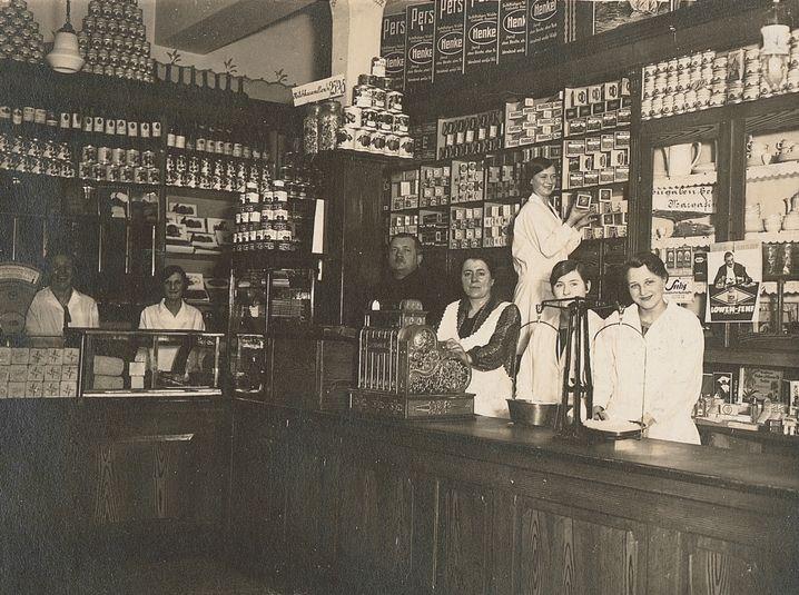 """Die Discounter-Paletten fehlen da noch: Der """"Tante-Emma""""-Laden der Albrechts in der Huestraße 89 (1930)"""