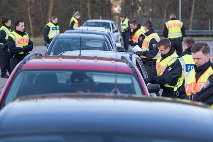 Alles im Blick: Grenzer der Bundespolizei kontrollieren Autofahrer im Saarland