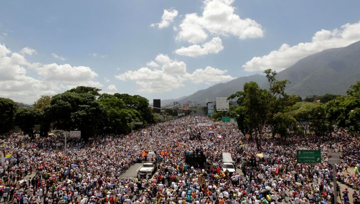Staatskrise in Venezuela: Proteste, Tränengas, Gewalt