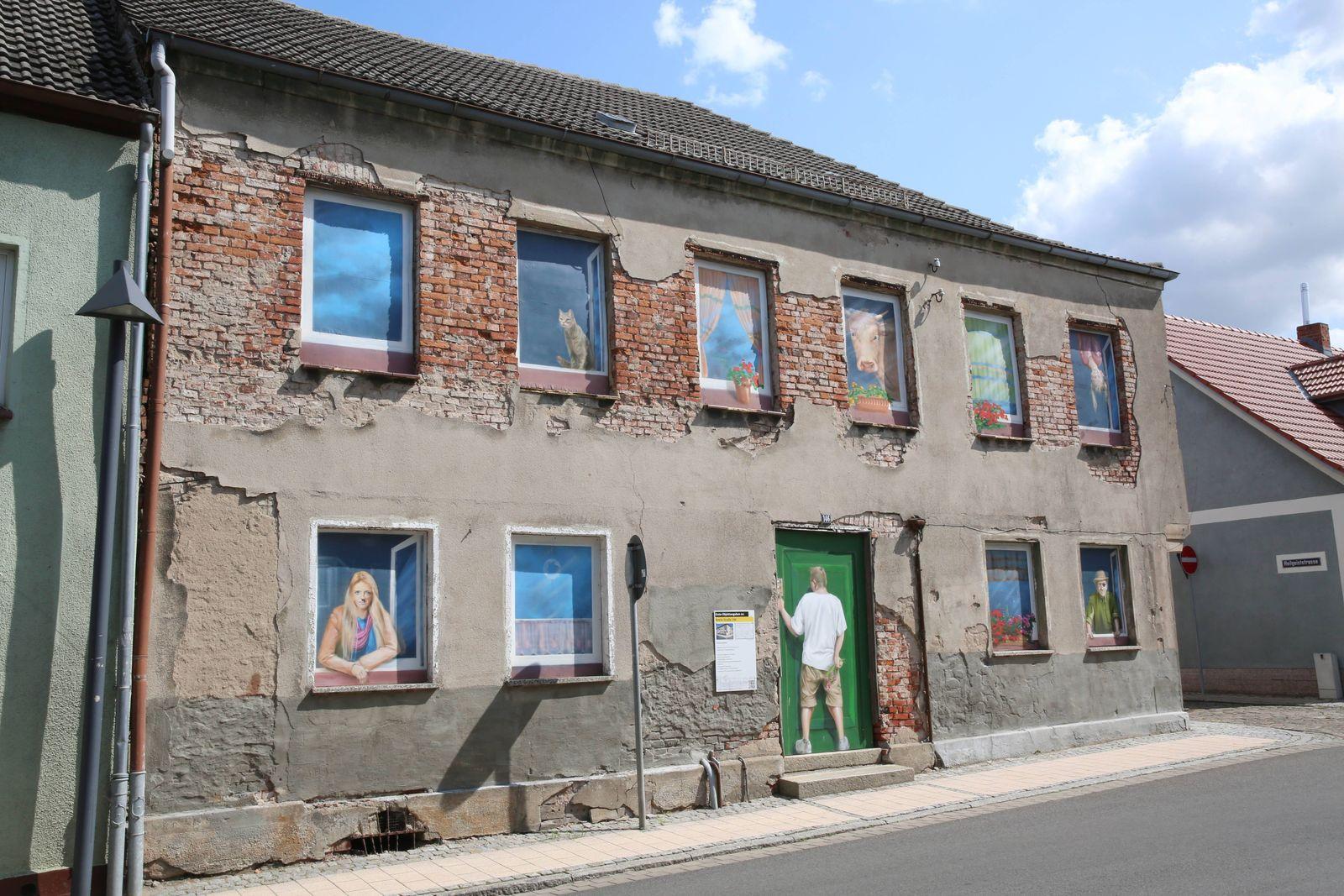 Wo junge Leute nur gemalt auf der Straße zu sehen sind: Haus in Loitz Landkreis Vorpommern Greifswald