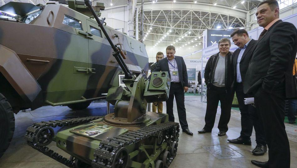 """Kampfroboter """"Piranha"""" auf einer Waffenmesse in der Ukraine"""