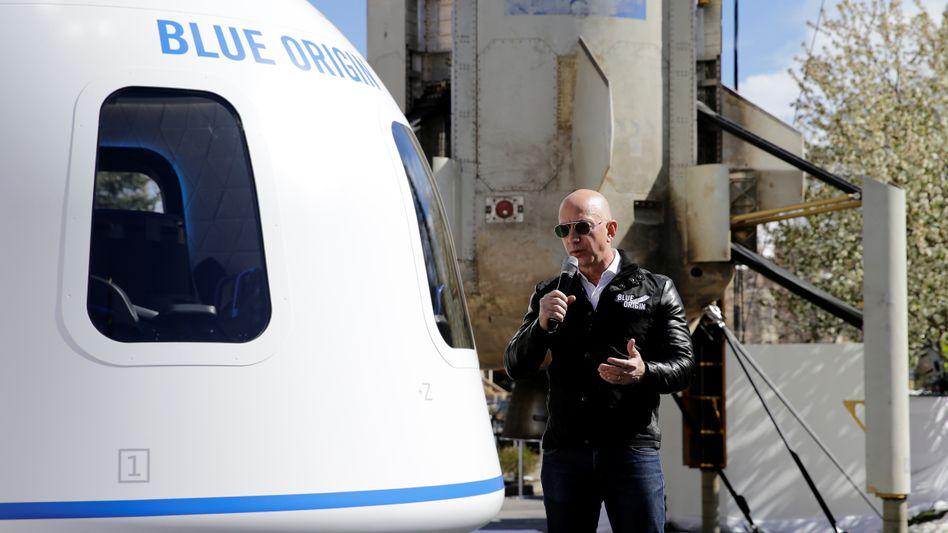 Jeff Bezos vor einer Kapsel seines Raumfahrtprojekts Blue Origin