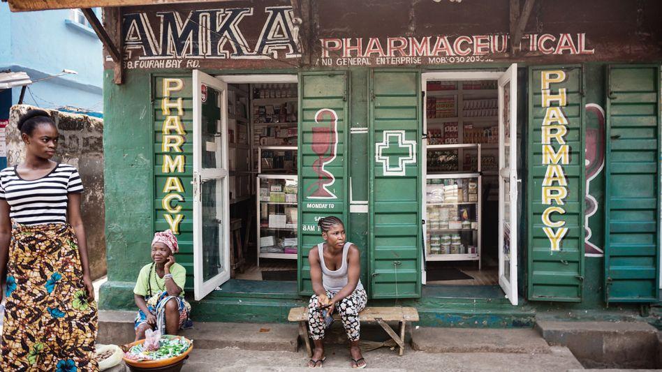 Apotheke in der sierra-leonischen Hauptstadt Freetown: Ohne Hilfe aus dem Ausland würde die Versorgung kollabieren