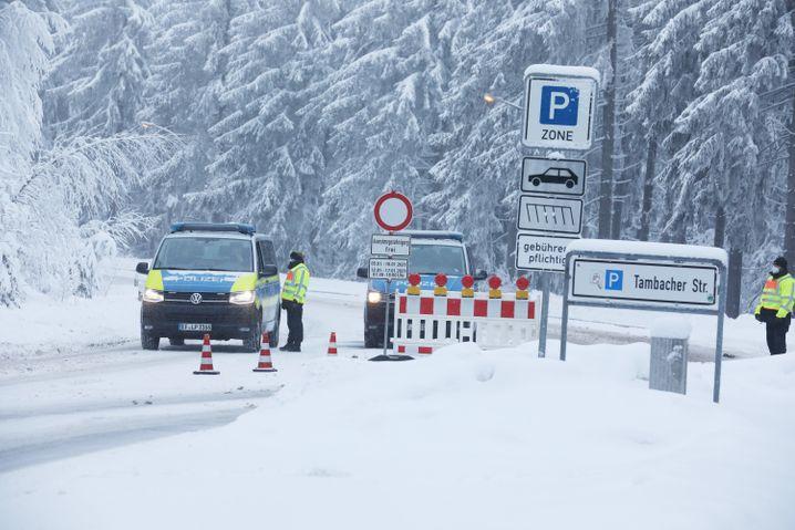 Polizei an einer gesperrten Zufahrtsstraße zum Grenzadler in Oberhof