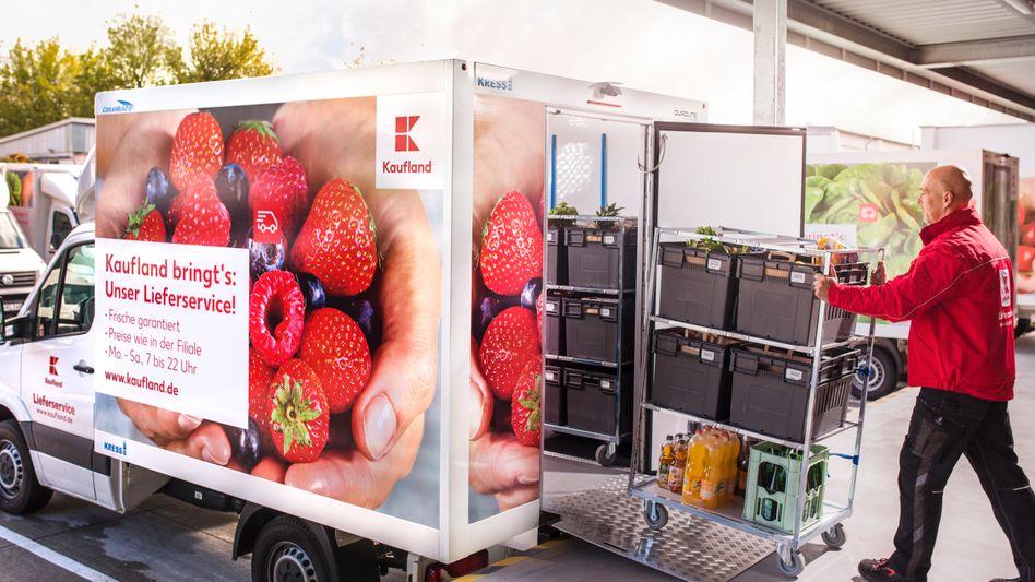 Ein Kaufland-Mitarbeiter beim Verladen von Lebensmitteln (Archivbild)