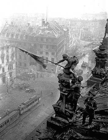 Rotarmisten hissen am 30. April 1945 die Sowjetflagge auf dem Reichstag