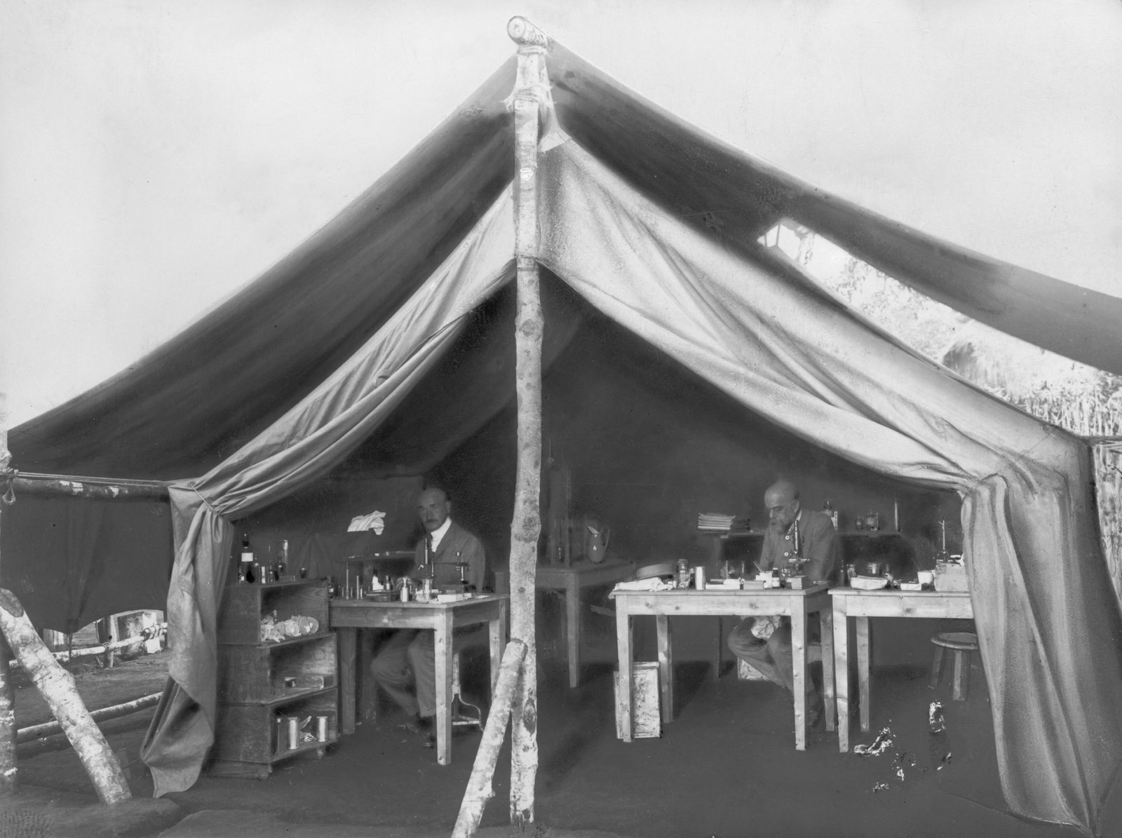 Robert Koch und Stabsarzt Panse im Arbeitszelt am Viktoriasee in Afrika