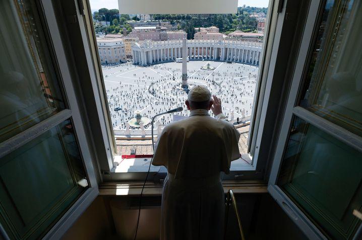 Am Pfingstsonntag grüßte Papst Franziskus vom Apostolischen Palast aus zum ersten Mal seit derSperre am Petersplatz wieder Gläubige