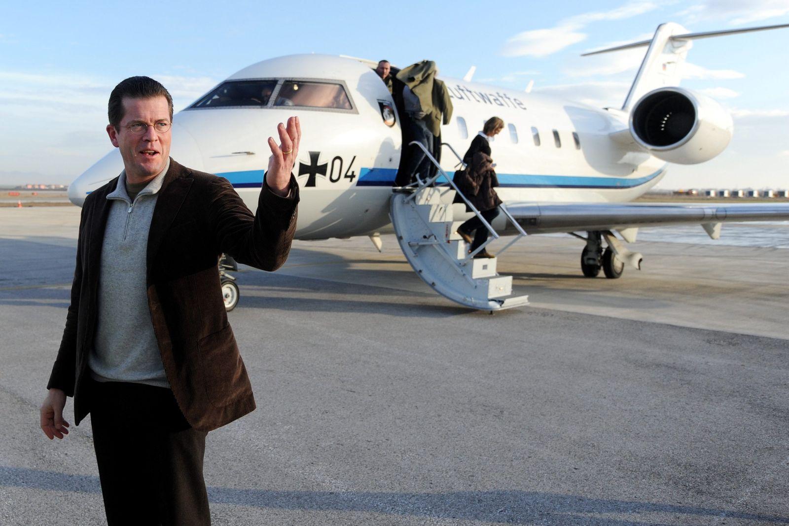Zu Guttenberg besucht Bundeswehrsoldaten im Kosovo