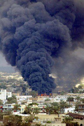 Ablenkmanöver: Durch den Rauch brennender Ölkanäle sollen die US-Bomben fehlgeleitet werden