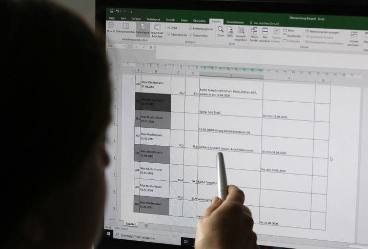 Eine Mitarbeiterin im Gesundheitsamt Schwerin zeigt am Bildschirm, wie einzelne Infektionsfälle erfasst werden