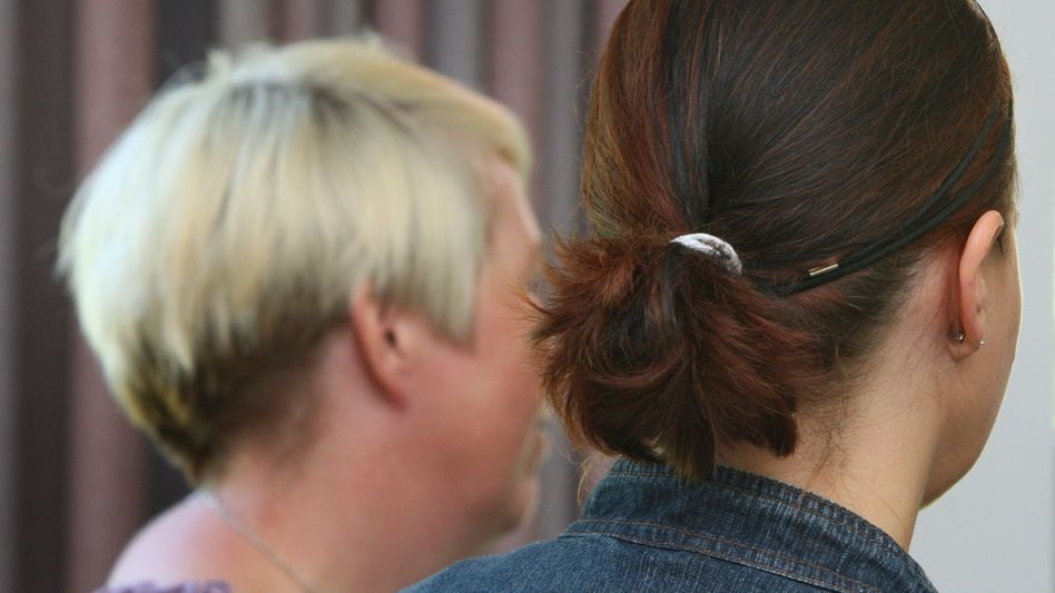 Vorerst gewonnen: Erzieherin Isa K. (l.) und ihre Ehefrau Birgit K. im Gericht