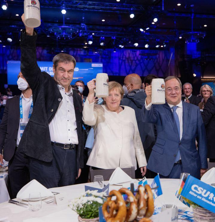 Markus Söder mit Angela Merkel und Armin Laschet in München: Angriffslustig