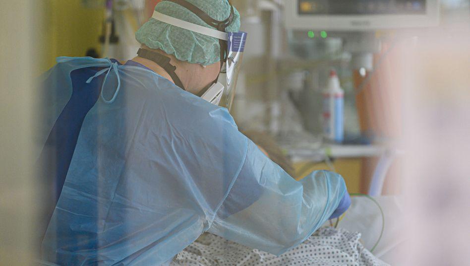 Intensivpfleger bei einem Covid-19-Patienten