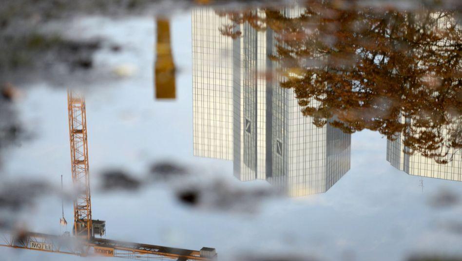 Frankfurt am Main: Deutsche-Bank-Zentrale spiegelt sich in einer Pfütze