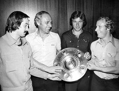 Als Spieler holte Heynckes (2. v. r.) mit Mönchengladbach fünf deutsche Meistertitel (1970, 1971, 1975, 1976 und 1977). Im Gegensatz zu Berti Vogts (r.) spielte der Borussen-Stürmer für einen zweiten Bundesligaclub. Insgesamt 86 Oberhauspartien absolvierte Heynckes im Dress von Hannover 96. Mit auf dem Bild sind auch noch Uli Stielike (l.) und der damalige Gladbacher Coach Udo Lattek (2. v. l.).