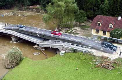 Die österreichische Bundesheer errichtete provisorische Brücken, um den Menschen die Flucht vor dem Wasser zu ermöglichen