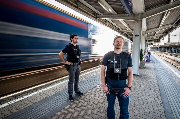 """Kontrolle von Zugreisenden durch die Bundespolizei: """"Berücksichtigung der Hautfarbe innerhalb eines Motivbündels"""""""