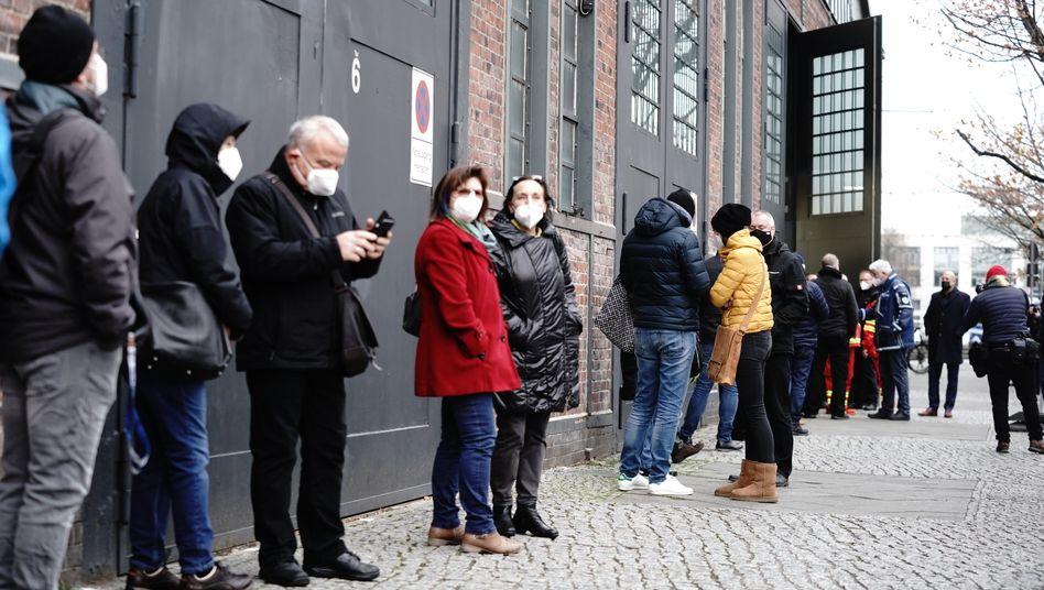Schlange vor einem Berliner Impfzentrum: Probleme bei der Verteilung der Impfstoffe in der EU