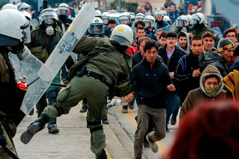Szenen des Protests: Polizisten treiben Geflüchtete vor sich her