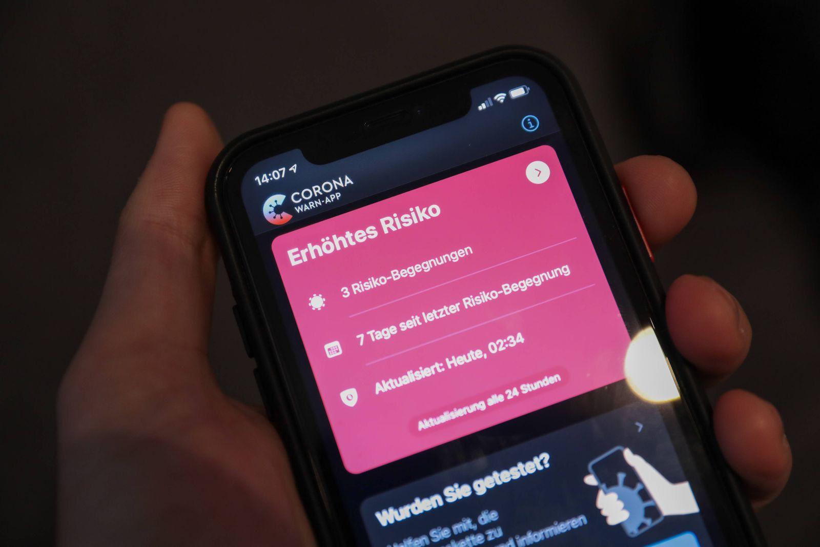 Corona WarnApp Auf dem Smartphone zeigt die Corona Warnapp ein erhöhtes Risiko an, nachdem drei Risiko-Begegnungen regi