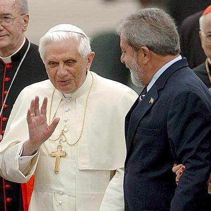 Benedikt bei der Begrüßung durch Präsident Lula: Herzlichkeit im Regen
