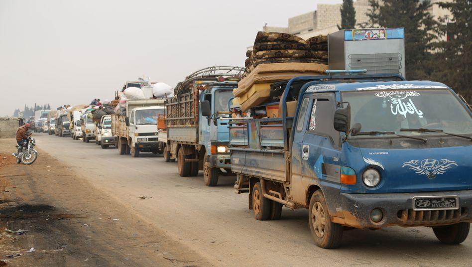 Mit Lastwagen transportieren die Menschen ihr Hab und Gut aus dem syrischen Idlib