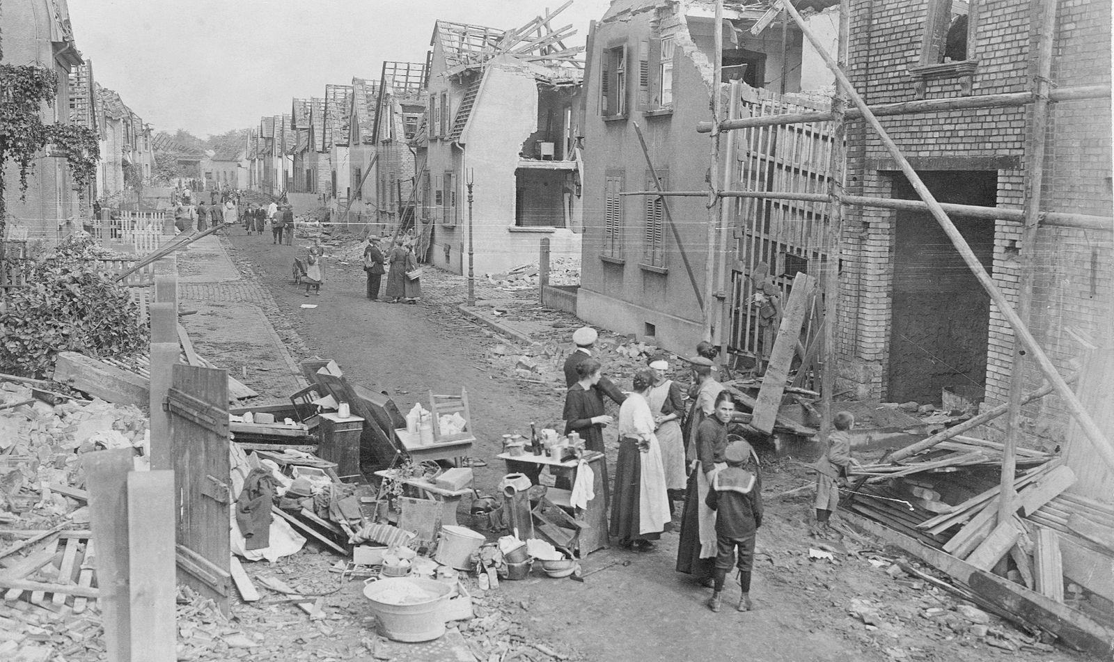 Hauptstraße des durch die Explosion des BASF-Werks zerstörten Oppau, 1921