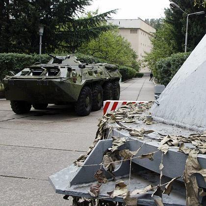 Tiflis, Georgien: Ein russisches Panzerfahrzeug auf dem Gelände des Hauptquartiers der russischen Truppen im Nachbarland.