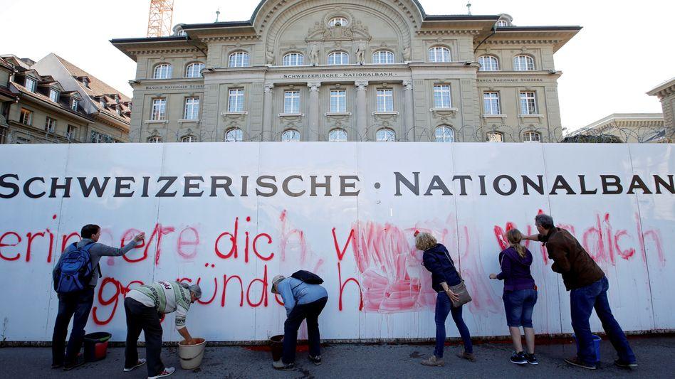 Vollgeld-Aktivisten vor der Schweizer Nationalbank in Bern